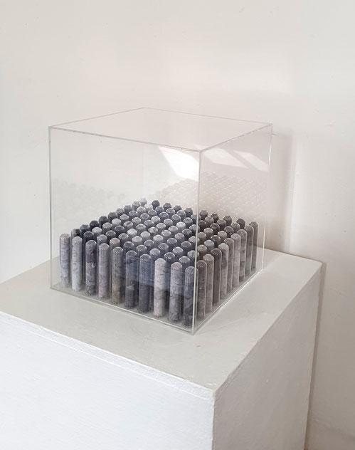 Proben, 2019, Wäschetrocknerflusen in Reagenzgläser gefüllt, 30 x 30 x 30 cm