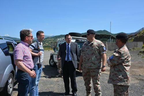 Zu Besuch bei der Swisscoy im Kosovo. Mit Nationalrat Heinz Brand (links). Juni 2013