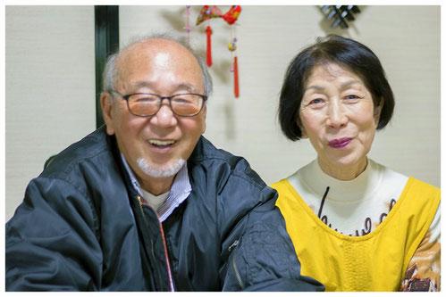 鈴木会長と奥様。奥様にご結婚された当時のことを伺うと、「5月に結婚して、6月には畑にいました。荷物なんて片付けるどころじゃなくて。もうここに来たら働かなきゃいけないんだって思いました(笑)」とのこと。ご夫婦で本当にたくさんの美味しいみかんを育ててこられたのだと実感!