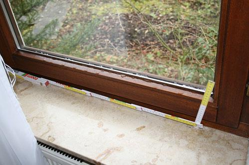 Tauwasser am unteren Holm eines Fensters.
