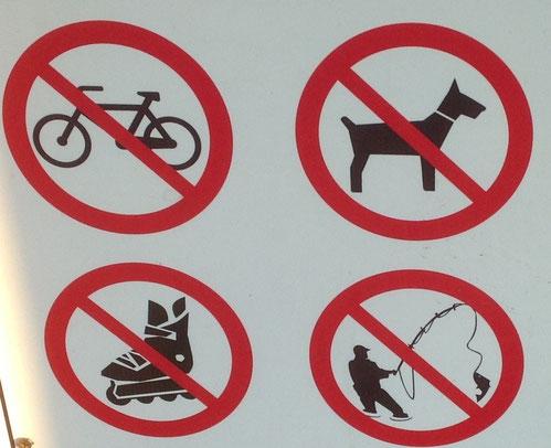 На велосипедах, роликах, с собаками вход на пляж воспрещен. Рыбу ловить тоже нельзя.