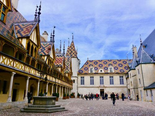 der Innenhof des Hotel Dieu in Beaune Frankreich  Stadt und Gartenreise nach  Beaune im Burgund