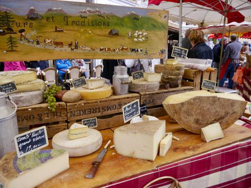 Blick auf die reiche Käseauswahl in Beaune im Burgund