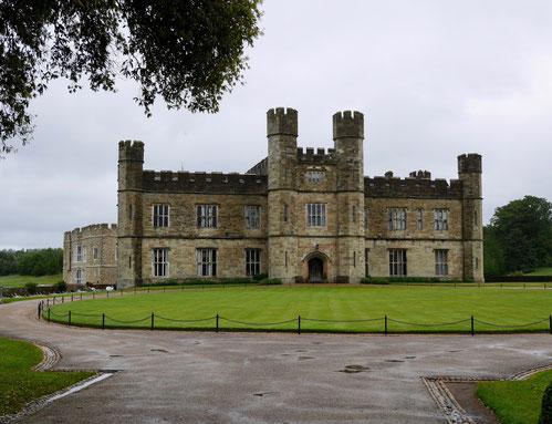 Leeds Castle auf einer Insel im Fluß Len in England Gartenreise