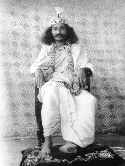 1928 : Meher Baba wearing a vregal crown in Toka, India. LM p.1033