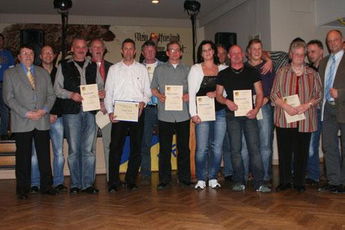 Die Geehrten für 10-jährige Mitgliedschaft. Links im Bild Ehrenvorsitzender Wilfried Freese, der die Ehrungen vornahm. Dritter von links in der ersten Reihe Wolfgang Wessels, der aus der Hand von Wilfried Freese die Vereinsnadel in Gold erhielt.