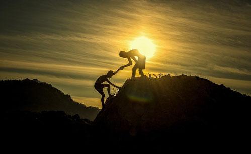 L'Amour du prochain se manifeste par des actes. Si un frère ou une sœur sont nus et manquent de la nourriture et que l'un de vous leur dise: «Partez en paix, mettez-vous au chaud et rassasiez-vous» sans rien faire pour eux, à quoi cela sert-il?