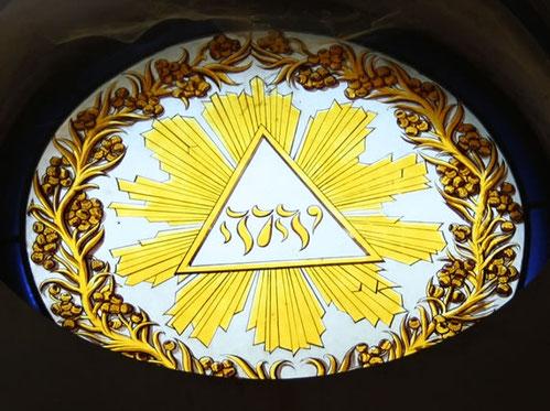 Tétragramme du Nom divin YHWH en hébreu dans un monument de Paris: le cimetière du Père Lachaise
