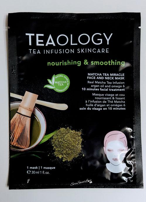 Maschera viso e collo al tè matcha Teaology sopra il tavolo