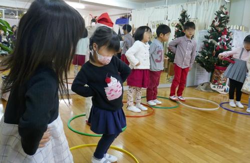 幼稚園児クラスのリトミックで、音楽に合わせて、一人ひとりが工夫して表現しています。