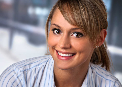 Bewerbungsaufnahme, junge Frau vor unscharfen Hintergrund, Lebendigkeit, Kopfportrait