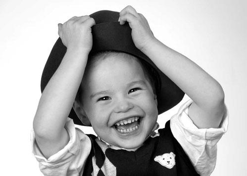 Kinderportrait, Junge im Atelier, weißer Hintergrund, Hutportrait
