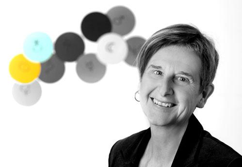 Imageportrait einer Frau, Firmenportrait, Clipchart, S/W coloriert, Kopfportrait, Kontrast durch dunkle Kleidung, weißer Hintergrund
