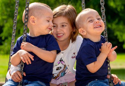 Familienaufnahme, Kinder auf einer Schaukel, Heimportrait, Zwillinge, Geschwister