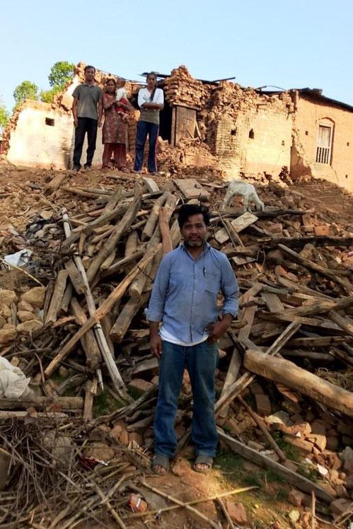 © ng - Dorfbewohner vor ihrem zerstörten Haus