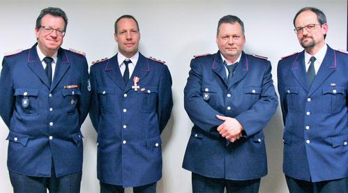 Die beförderten  und geehrten Kameraden mi dem stellvertretenden Wehrführer Bernd Hoffmann (re): v.l: Jörg Timmermann, Sönke Kock, Stephan Bastl und Bernd Hoffmann.