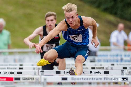 Im 110-m-Hürdenlauf der U20 rangiert NRW-Kaderathlet Henry Vißer, der eigentlich noch der U18 angehört, mit 14,27 sec auf dem 5. Platz.