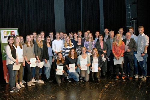 Die LAZ-Athleten und ihre Trainer/innen genießen die Anerkennung für ihre herausragenden Leistungen. (Foto: Bernfried Knipping)