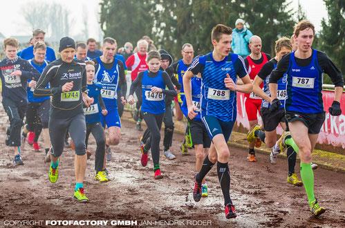 Start im 2,4-km-Lauf bei den Kreis-Crossmeisterschaften mit 788 Jan-David Ridder und 787 Stefan Ritte, den späteren Siegern in ihrer Altersklasse.