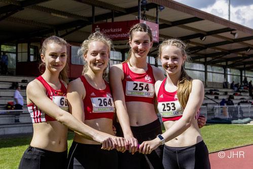 Alina Arenz (Wesel), Hannah Schoofs, Johanna Gries und Nike Dangelmaier (alle LAZ, v.l.) räumten reichlich Edelmetall ab. (Foto: Jan-Hendrik Ridder)