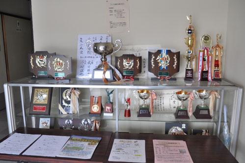 会館に飾られている大町支部が獲得したトロフィーの数々