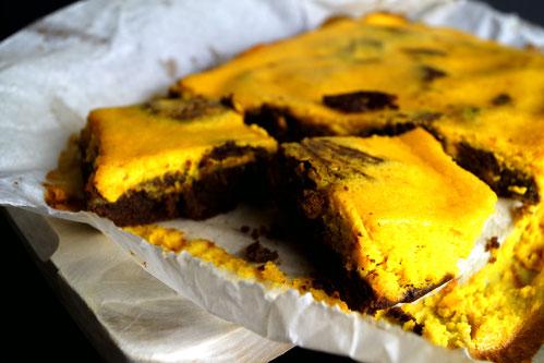 Super schokoladige Brownies mit einem Topping aus Frischkäse und Kürbis