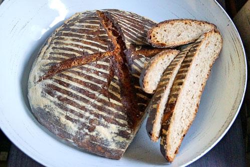 Dunkles Weizenmischbrot mit selbst angesetzem Sauerteig, langsam gebacken.
