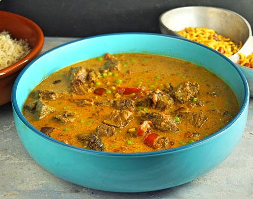 mildes Curry mit Tomaten, Rindfleisch und Erbsen, im Slowcooker gegart