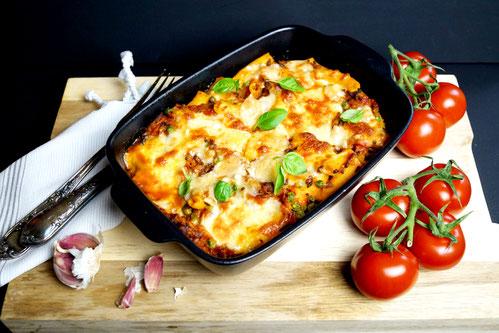Rigatoni al forno mit kräftiger Bolognese, heißem, blubbernden Käse und selbstgemachter Pasta.