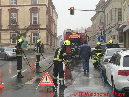 Feuerwehr; Blaulicht, FF Waidhofen/Thaya; Unfall; Ampelkreuzung; PKW;