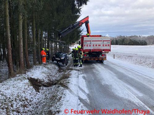 Feuerwehr; Blaulicht, FF Waidhofen/Thaya; Unfall; PKW; Eisglatte Fahrbahn;