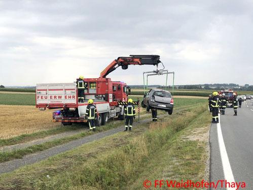 Feuerwehr, Blaulicht, FF Waidhofen/Thaya, Verkehrsunfall, LB36, PKW, Bergung