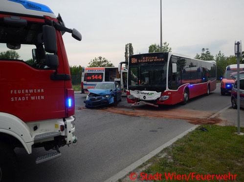 Feuerwehr; Blaulicht; Berufsfeuerwehr Wien; Unfall; PKW; Linienbuss; Zusammenstoß; 10 Verletzte Personen;