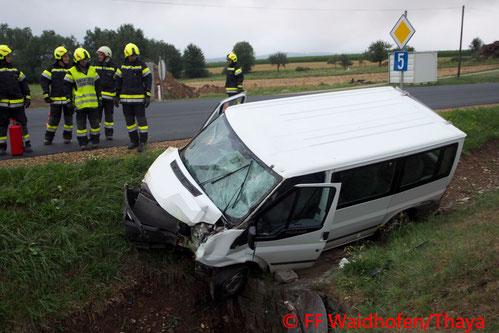 Feuerwehr, Blaulicht, FF Waidhofen/Thaya, Verkehrsunfall, B5, Kleinbus