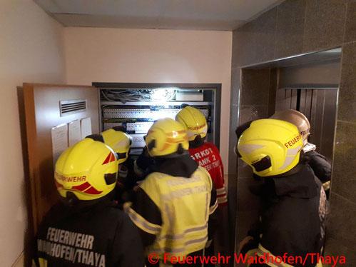 Feuerwehr; Blaulicht, FF Waidhofen/Thaya; Brand; Elektrokasten; Wohnhausanlage;