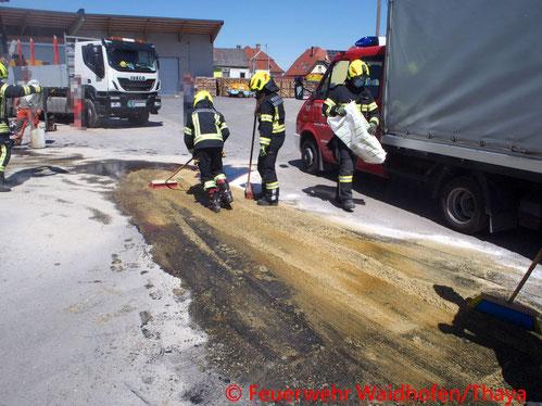 Feuerwehr; Blaulicht, FF Waidhofen/Thaya; Schadstoffeinsatz; Schadstoff; Hydrauliköl; Austritt; Bohrarbeiten;