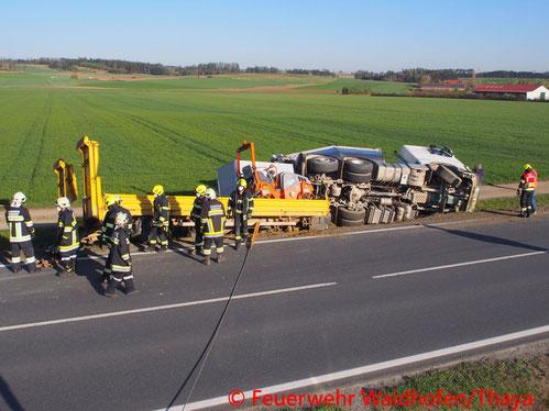 Feuerwehr; Blaulicht, FF Waidhofen/Thaya; Unfall; LKW; Reifenplatzer; Straßengraben; B36;