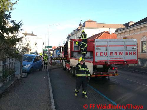 Feuerwehr; Blaulicht, FF Waidhofen/Thaya; PKW; Unfall; Gartenzaun;