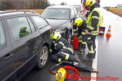Feuerwehr; Blaulicht, FF Waidhofen/Thaya; Unfall; PKW; Weihnachtsverkehr; B36;