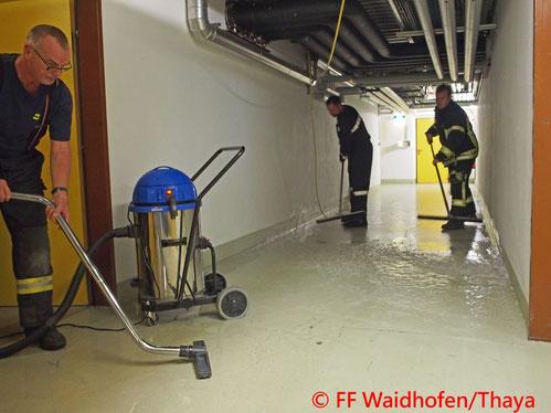 Feuerwehr; Blaulicht, FF Waidhofen/Thaya; Landesklinikum; Wasseraustritt; Brandalarm;