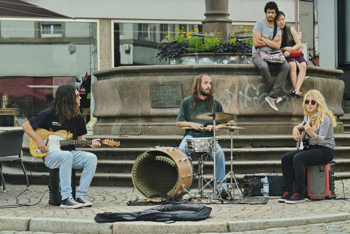 Andreas Maria Schäfer,Fotografiewelten,fotograph1956, Streetfotografie,Musik,Straßenmusik,Schlagzeug,Marburg,Gitarre,Bass, Brunnen,Marktplatz,Sommer