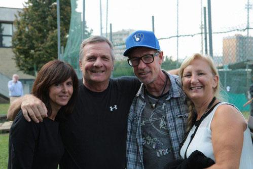 Nella foto io e Caba circondati da due meravigliose ex del softball