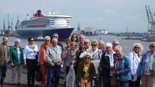 Gruppenfoto der LandFrauen und Gäste vor der Queen Mary 2