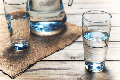 Eine Karaffe und zwei Gläser gefüllt mit Wasser