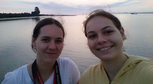 Chrissy auf der rechten Seite und ich auf der linken :) auf dem Weg nach Kellinghusen in 2016