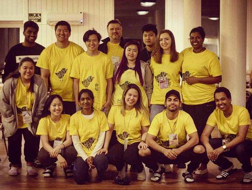 Rebecca Kronseder (stehend, 2.von rechts) mit den anderen Helfern des Ostercamps
