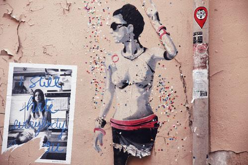 Straßenkunst in Montmartre, Paris, Künstler SOBR, tanzende Figuren mit Konfetti
