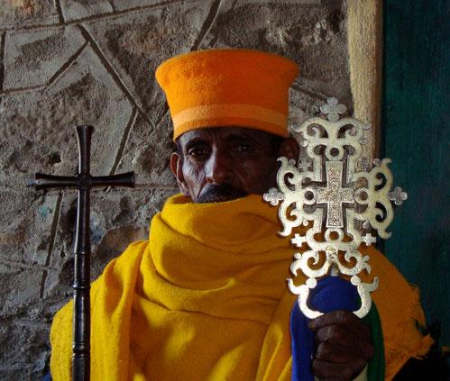 Ein äthiopischer Priester mit einem Silberkreuz.