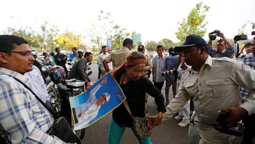 Un policier cambodgien s'en prend à une manifestante venue soutenir l'opposant Kem Sokha devant la Coup d'appel de Phnom Penh. (REUTERS/Samrang Pring)