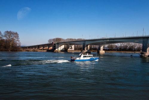 Polizei-Patrouillenboot auf dem Rhein-Nibelungenbrücke Worms © mjpics